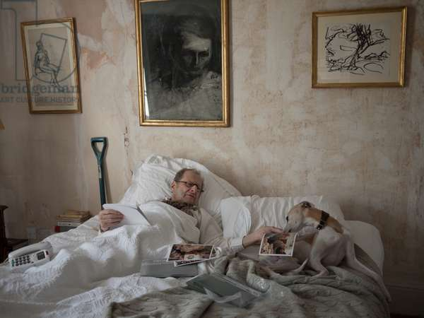 Lucian Freud with Frank Auerbach's 'Seated Female Nude' and his dog Eli, 2010 (photo)
