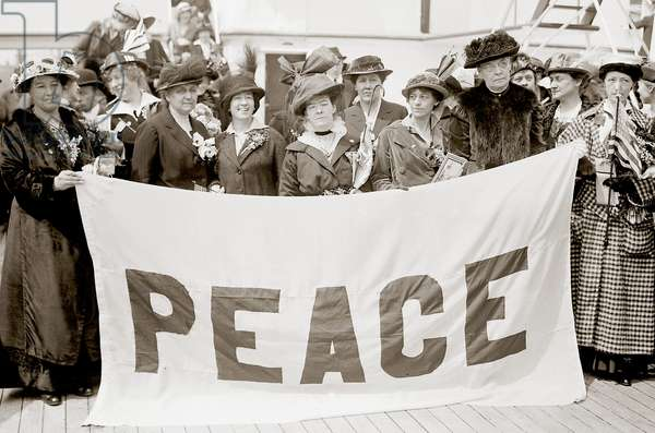 Noordam delegates holding a Peace Banner. 1915 (b/w photo)