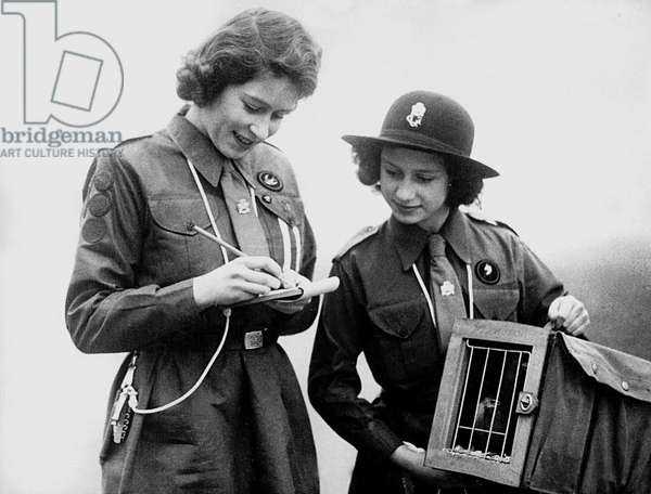 Princess Margaret et Elizabeth of England (future Queen Elizabeth II) when young at scout camp, just before a release of pigeon c. 1942