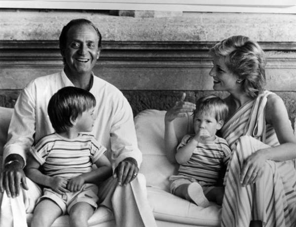 Image of King Juan Carlos 1st of Spain with Princess of Wales Diana (Lady Di, Diana Spencer), prince William and prince Harry during holidays in Palma de Majorque, August 14, 1986 / © Bridgeman Images