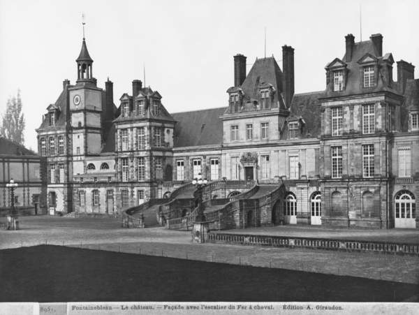 View of the Cour du Cheval Blanc with the horseshoe-shaped staircase, c.1900 (see also 780623 & 780624) (b/w photo), Giraudon, Adolphe (1849-1929) / French, Chateau de Fontainebleau, Seine-et-Marne, France, King Francis I (1494-1547) ordered considerable development at the Chateau; architects Gilles le Breton (d. 1552) Jean Bullant (1520-78) Philibert Delorme (1505-70); staircase built under Louis XIII (1601-43) by architect Jean Androuet du Cerceau (c. 1585-1649); Farewell of Napoleon to the Imperial Guard; © Bridgeman Images