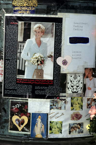 Image of Diana, Princess of Wales, Limot, Mourning homage to Lady Di on the place where she died (car accident august 31, 1997 Alma bridge, Paris) / Photo © LIMOT / Bridgeman Images