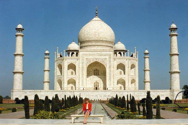Image of Diana, princess of Wales (1961-1997) outside the Taj Mahal in India, February 14, 1992 / © Bridgeman Images