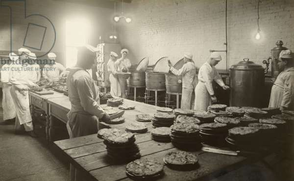 WWI naval recruits train to bake, Newport Training Station, Newport, Rhode Island, USA, 1917 (b/w photo)
