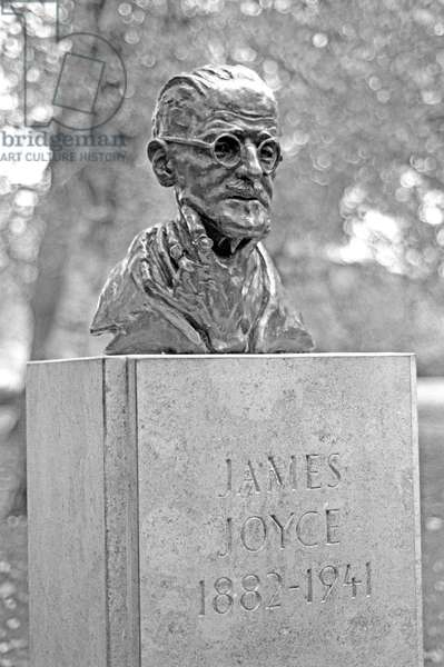 statue of James Joyce in St Stephen's Green, Dublin, Ireland (photo)