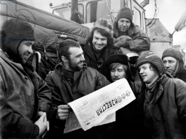 Workers reading the Izvestiya newspaper, 1977 (b/w photo)