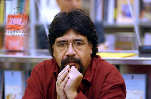 2001. Portrait de l'ecrivain Luis Sepulveda