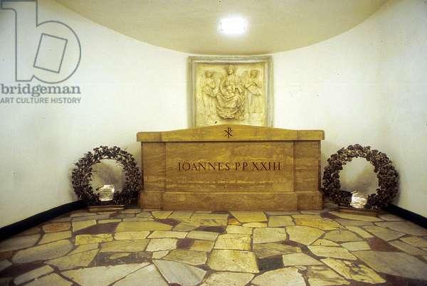 05/04/2005, les grottes (crypte) vaticanes. Construites entre la Basilique Saint Pierre et la basilique paleochretienne, elles accueillent les tombes de plusieurs papes. La tombe de jean XXIII. Photo frassineti ©AGF/Leemage