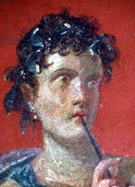 Femme romaine avec stylo (stylet ou style). Detail de la fresque de la Domus Romana retrouvée à Moregine prés de Pompei sous l'autoroute Naples - Salerne. Elle se trouve dans le Triclinium A sur la paroi Ouest représentant la Muse de la poésie lyrique Calliope. © Frassineti/AGF/Leemage