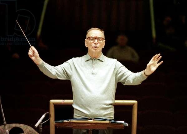 Portrait d'Ennio Morricone (né en 1928) dirigeant l'orchestre de Santa Cecilia. Photo Modica
