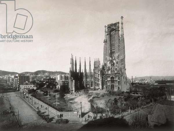 View of the Temple de la Sagrada Familia in 1928 (b/w photo)