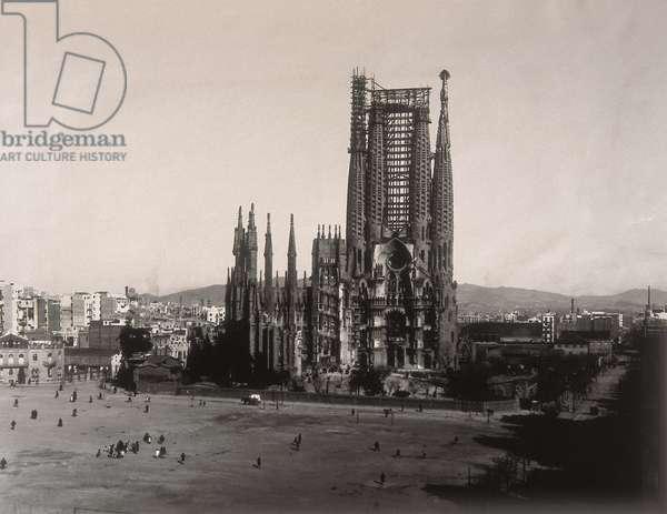 View of the Temple de la Sagrada Familia in 1927 (b/w photo)