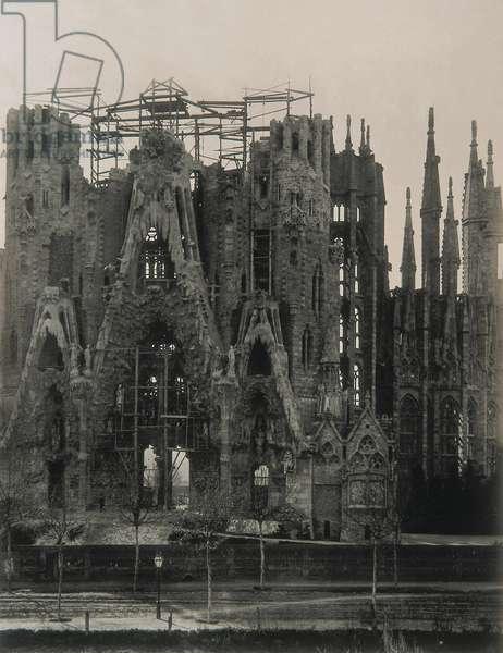 View of the Fachada del Nacimiento of the Temple de la Sagrada Familia in 1905 (b/w photo)