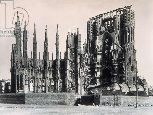 View of the Temple de la Sagrada Familia in 1915 (b/w photo)