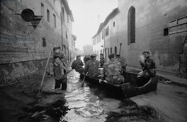 Street in Florence during the flood of November 1966 (b/w photo)