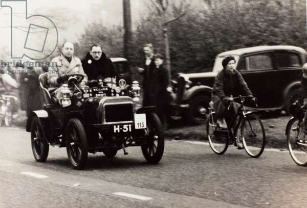 """London to Brighton Veteran Car Run 14th Novr 1948"": G.E. Solomon driving a race car vintage Swift"