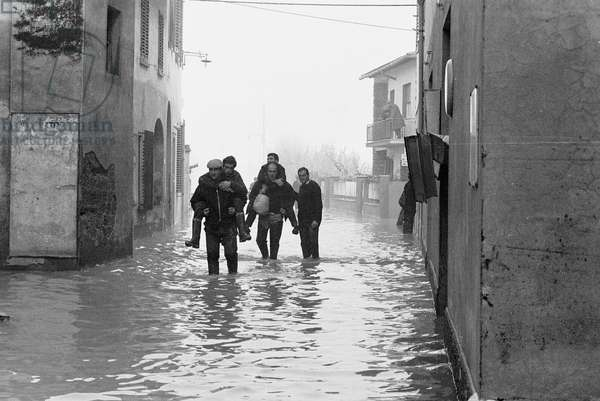 Volunteers rescuing people stranded by the flood of Florence, November 1966 (b/w photo)