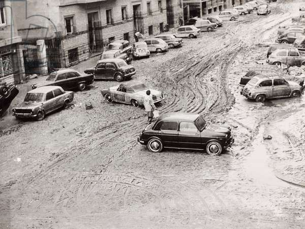 Florence flood of November 4, 1966: Via Francesco de 'Sanctis full of mud and with cars damaged by the flood