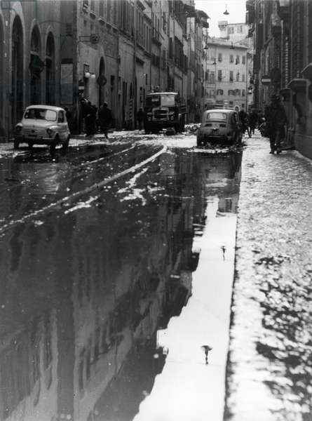 Florence flood of November 4, 1966: via Maggio invaded by mud