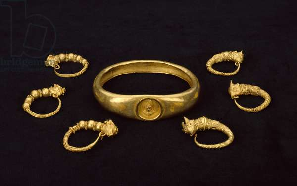 Gold armlet with a bust of Isis in a medallion from a temple treasure, 4th-3rd century BC (sheet gold)