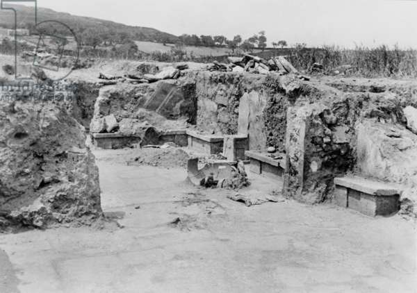 The Throne Room, Knossos, 1900 (b/w photo)