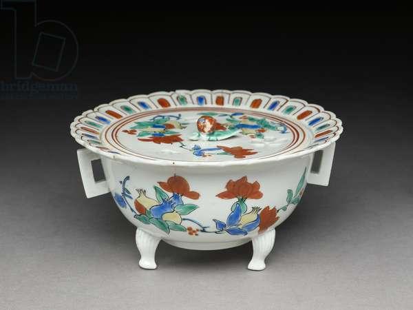 Koro bowl with a flat lid, Kakiemon related ware, 1680-1700 (earthenware with enamel overglaze)