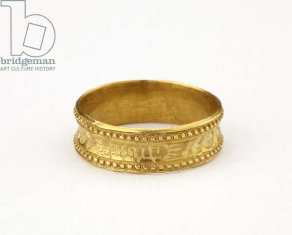 Circular gold hoop ring with beaded edge and inscription (gold)