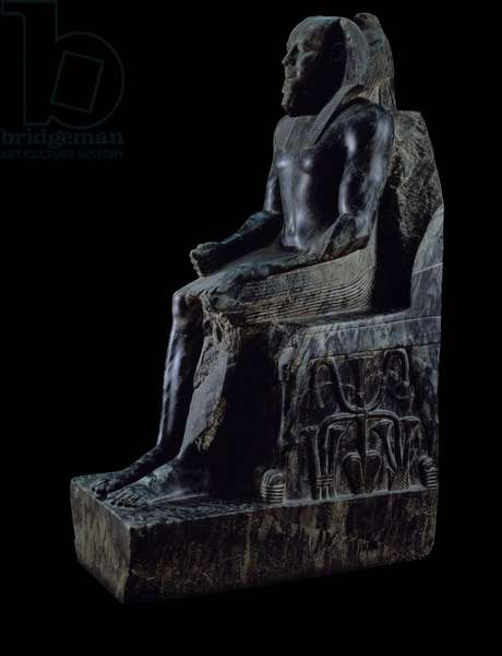 Antiquite Egyptian: diorite statue of Khafre (Khephren or Khaef Re) (2572-2546 BC), protected by the god Horus, represented by a perch falcon behind his head, he sits on a throne. The sculpture was made in life-size. Originally from the necropolis of Giza. 4th dynasty, Old Empire. Cairo, Museum of Egypt.