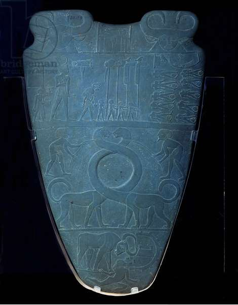 Antiquite Egyptian: grauwacke palette decorated with reliefs of King Narmer and commemorating his victories. The king is representative striking an enemy from the North, coming from El-Kom el-Ahmar. 3000 BC about. Cairo, Museum of Egypt