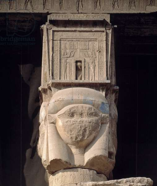 Antiquite Egyptian: view of a capital of a column of the temple dedicated to the goddess Hathor in Denderah, Egypt.