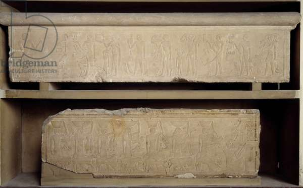 Antiquite Egyptian: low relief in limestone of the priest of Bouto Horhotep, represented sitting on the left, receiving offerings. 30th dynasty, Lower epoch. Museum of Egypt, Cairo