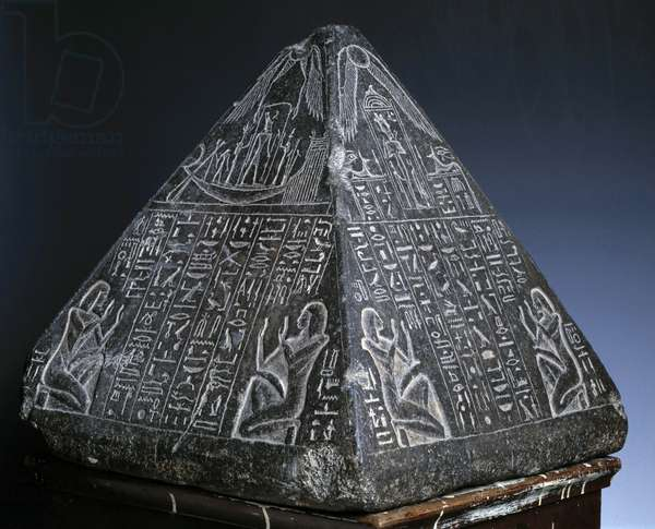 Antiquite Egyptian: pyramidion (small pyramid placed at the top of an obelisque or pyramid) in Huy granite, scribe under Tutankhamun. 18th dynasty, New Empire. Museum of Egypt, Cairo