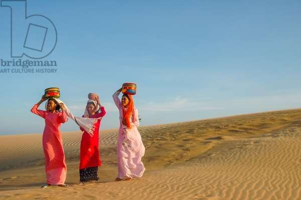 Cham women on sand dunes at Nam Cuong, Vietnam (photo)