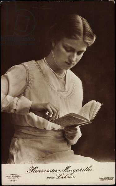 Ak Princess Margarete of Saxony reads a book (b/w photo)