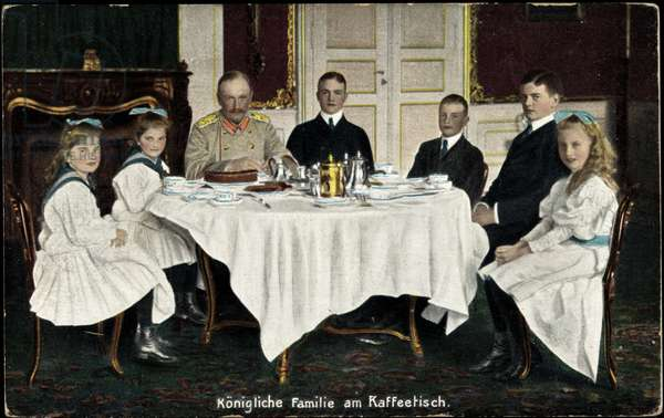Ak King Frederick August III of Saxony with family, dining table (b/w photo)