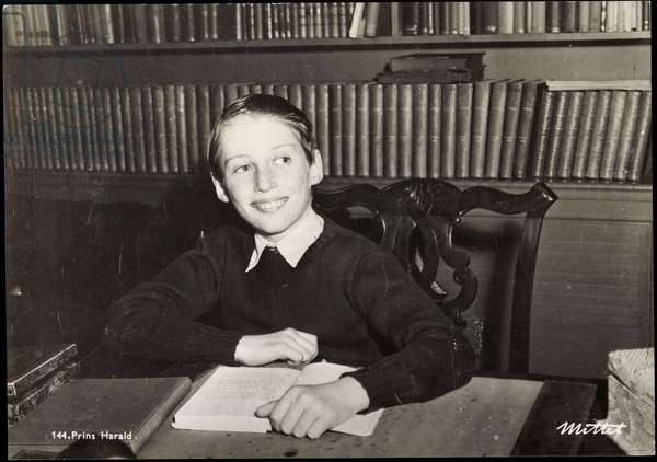 Ak Prins Harald, Prince Harald of Norway reads a book (b/w photo)