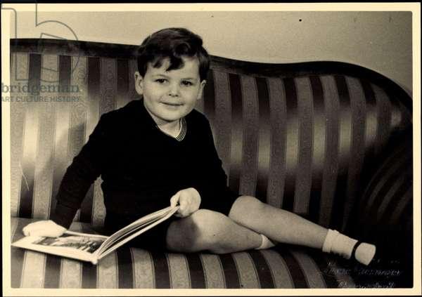Photo Ak Prince Alexander von Hessen Darmstadt, sofa, book (b/w photo)