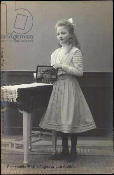 Ak Princess Marie Auguste von Anhalt with book, (b/w photo)