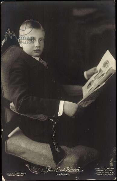 Prince Ernst Heinrich von Sachsen, read newspaper (b/w photo)