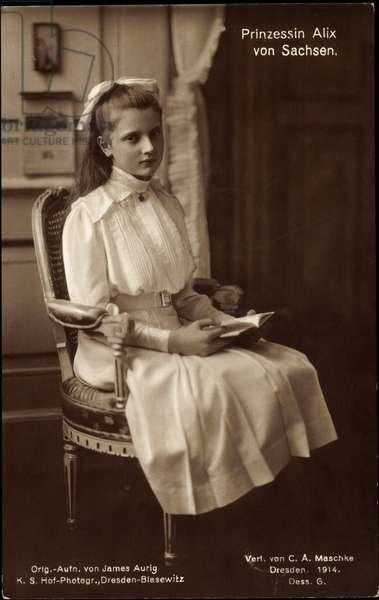 Ak Princess Alix of Saxony, seat portrait, book reading (b/w photo)