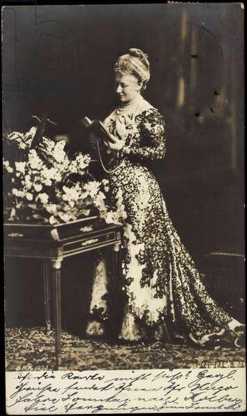 Empress Viktoria Luise, stand portrait with book
