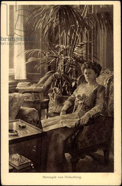 Ak Duchess von Hohenberg reads Zeitung im Salon, BKWI 888 15 (b/w photo)