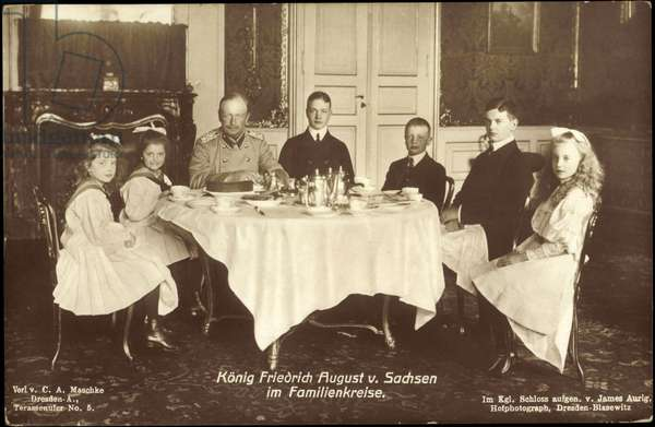 Ak King Frederick August III of Saxony, family at the dining table (b/w photo)
