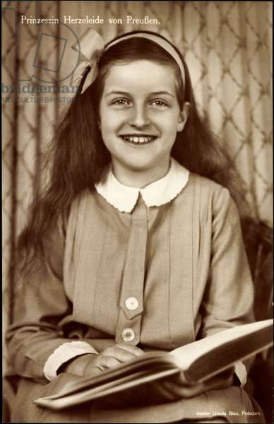 Ak Prinzessin Herzeleide von Prussia, Hair Bow, Laughing, Book (b/w photo)