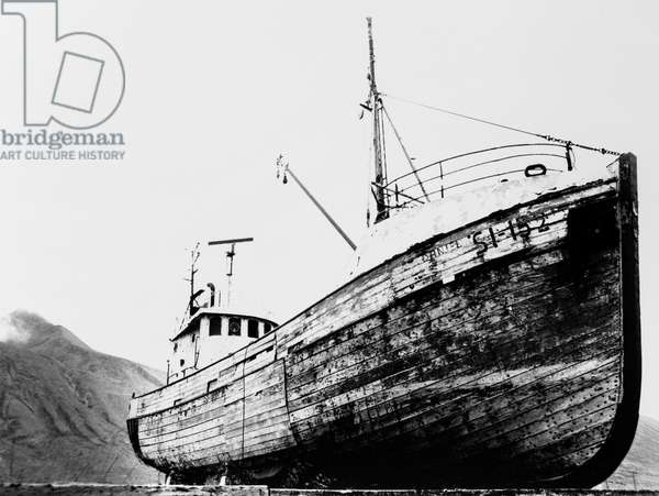 Magic Boat, Icelandl, 2019, photo black and white, by Carola Guaineri