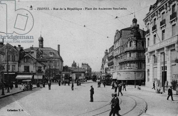 View of the city of Troyes (l'Aube, Champagne-Ardenne): rue de la Republique, Place des Anciennes butcheries. Postcard, 20th century.
