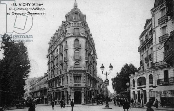 City of Vichy (Allier, Auvergne): rue du President Wilson and Georges Clemenceau. Postcard, 20th century.