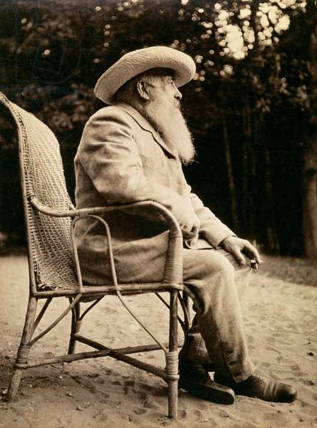 Claude Monet (1840-1926) in the garden of Giverny, 1915 (1840-1926) (b/w photo)