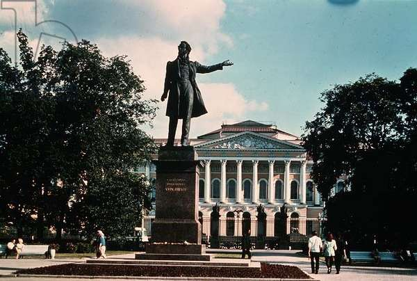 The Pushkin Monument with the Russian Museum Behind (photo)