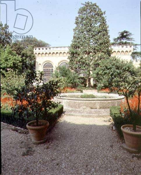 View of the garden and the side of the villa, designed for Cosimo il Vecchio (1389-1464) by Michelozzo di Bartolommeo (1394-1472) (photo)